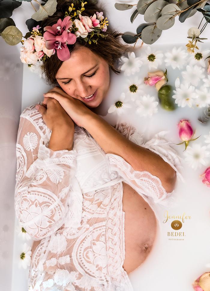 Badenwannen Babybauchshooting Milchbad Blumen